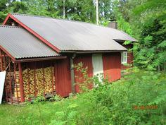 Sauna-pukuhuone ja puulato ja puukatos