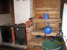 Saunalle tulee paineistettu lähdevesi, saunassa myös kiuas ja pata, viereisessä tilassa pukuhuone