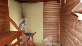 Ikkunallinen sauna ja tietenkin puukiuas.