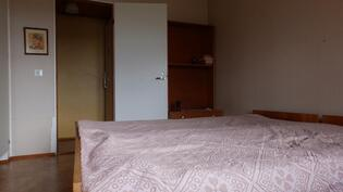 Alakerran kaapistollinen makuuhuone, ikkuna järvelle päin