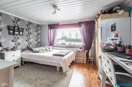 Yläkerran 1. makuuhuone