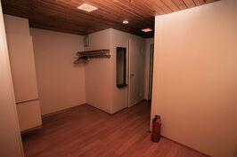 Olohuoneesta naulakolle, vas. ovi kylppäri/vessaan
