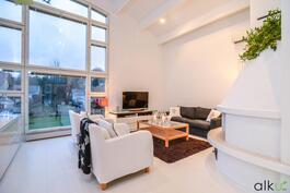 Olohuoneessa voit rentoutua takkatulen äärellä ystävien ja perheen kanssa.