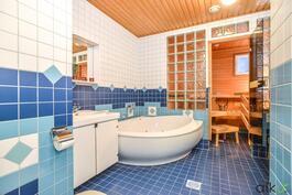Raikas kylpyhuone on mahtavan kokoinen!