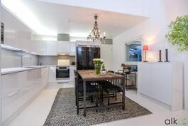 Upeat led-valot valaisevat keittiökaapiston välitilaa ja kaapiston yläpuolta.