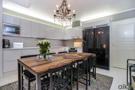 Tässä keittiössä kestitsee perheen ja ystävät juhlallisesti.