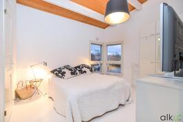 Päämakuuhuoneeseen mahtuu isompikin sänky. Säilytystilaa kaapistoissa ja vaatehuoneessa.