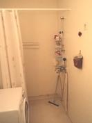 Tilava wc-kylpyhuone tila johon pesukonekkin mahtuu hyvin.