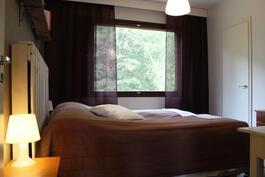Makuuhuone, missä iso vaatehuone.