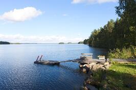 Viihtyisä ranta.Avaria järvinäkymiä katsellessa arjen kiireet katoaa.