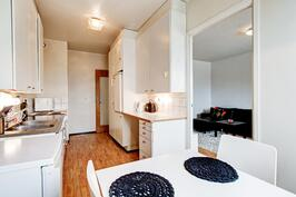 Ruokailutilasta näkymä keittiön, eteisen ja olohuoneen suuntaan.