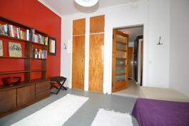 yksi yläkerran asuintilojen makuuhuoneista