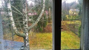 yläkerran huoneen ikkunanäkymä