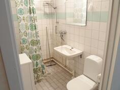 Laatoitettu tilava kylpyhuone