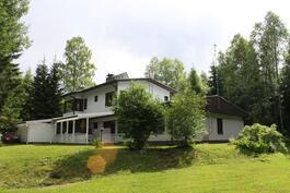 Talo piha-alueelta katsottuna