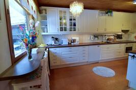 Keittiön kaapistot uusittu 2013