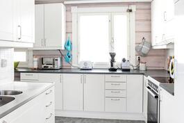 Valkoinen, erittäin hyväkuntoinen keittiö