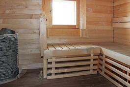 Sauna pesuhuoneineen yläkerrassa