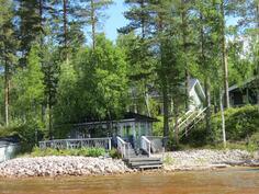 Kesäkeittiö ja päärakennus järveltä
