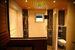 Saunasta kuvattuna kylpyhuoneeseen