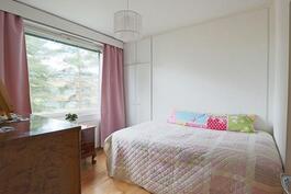 Rauhallinen, vaaleasävyinen makuuhuone
