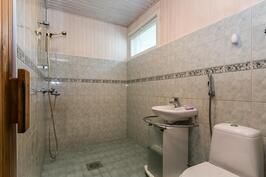 Kylpyhuone uusittu 2000-luvun alussa.