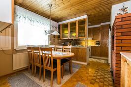 Keittiössä vitriini jakaa ruokailutilan ja keittiön.