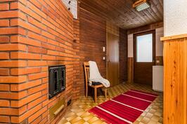 Takkahuoneesta käynti kylpytiloihin sekä takapihan terassille.