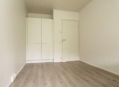 Kuva valmistuneesta ja myydystä asunnosta. Makuuhuone.