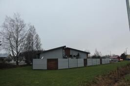 Rakennuksen päässä aidattu, lukittava n. 150 m2 aidattu alue...