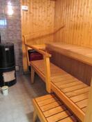 saunassa Aito-puulämmitteinen kiuas sekä sähkökiuas