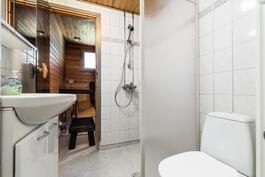 Vaaleailmeinen kylpyhuone