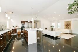Olohuone, keittiö ja ruokailutila; yhteensä noin 80 m2:n hulppeat oleskelutilat.