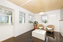Saunan yhteydessä pukuhuone, joka sopii moneen eri käyttötarkoitukseen. Kulku terassille.