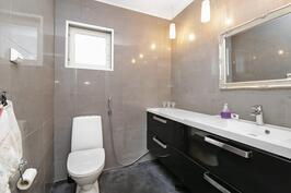 Erillinen wc makuuhuoneiden läheisyydessä
