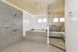 Upea saunaosasto, missä poreamme kahden suihkun lisäksi. Saunan yhteydessä myös pukuhuone.