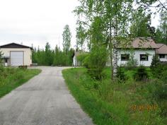 Vasemmalla iso halli ja oikealla talo ja autotalli