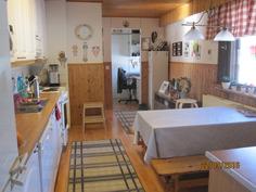 Keittiö eteisestä käsin kodinhoitohuoneelle vaathuoneelle päin