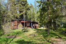 Tien toisella puolen vanhempi huvilarakennus/ På andra sidan vägen en äldre villa.