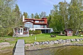 Västervikin Huvilatie 145 omalla merenrantatontilla/ Västerviks villaväg 145 på egen havssrandtomt.