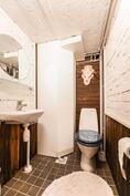 Erillinen wc kellaritilassa