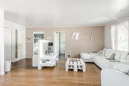 Suuri olohuone avointa tilaa keittiön kanssa