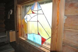 Saunassakin ikkunassa Tiffany-lasityö