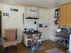 Keittiössä on Kotiliesi-puuhella