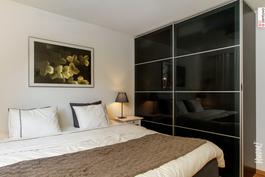 Asunnossa mukavasti säilytystilaa kaapistojen ja vaatehuoneen muodossa.