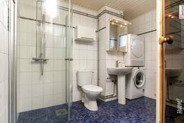 Hyvin suunniteltu kylpyhuone.