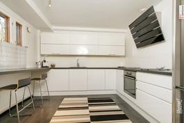 Keittiössä tilaa useammallekin kokille!