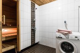 pesuhuone, jossa tila pyykkihuollolle