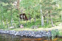 saunarakennus järveltä päin