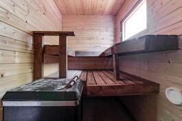 Saunaan ja toiseen kylppäriin käynti terassin läpi